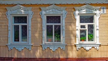 Різьблені наличники (20 фото): наличники з різьбою з дерева на двері і вікна, виготовлення дерев'яних наличників своїми руками