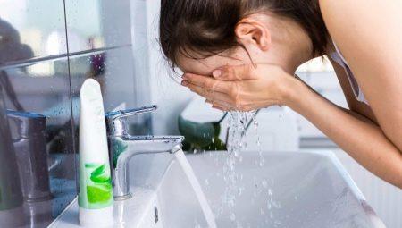 Якою водою краще вмиватися? Корисніше мити обличчя холодною, гарячою чи теплою водою? Якою водою вмиватися вранці і при жирній шкірі?